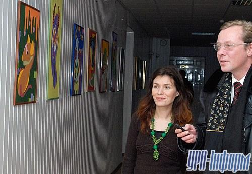 Романа Ярощак встречает первых посетителей ее первой персональной выставки в столице